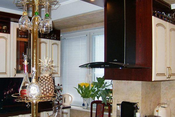 Оригинальное размещение кухонной вытяжки над плитой