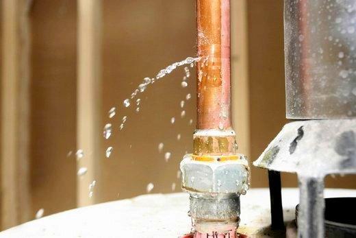 Труба стояка: утечка воды