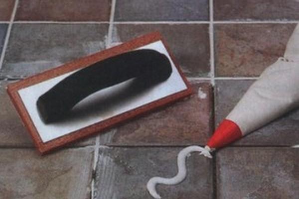 Затирку можно выдавливать в шов из специального или самодельного мешка