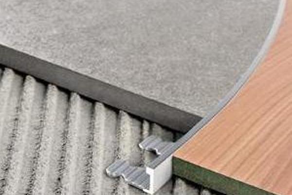Состыковка плитки и ламината при помощи криволинейного трима