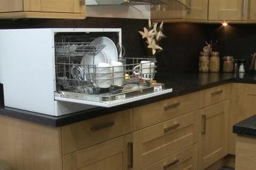 Компактная посудомоечная машина в интерьере, фото