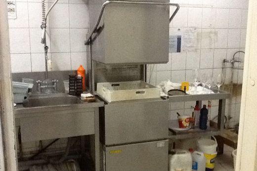 Купольная машина посудомоечная на кухне