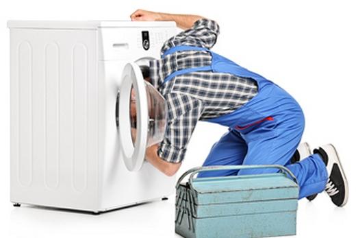 Мастер чинит посудомоечную машину