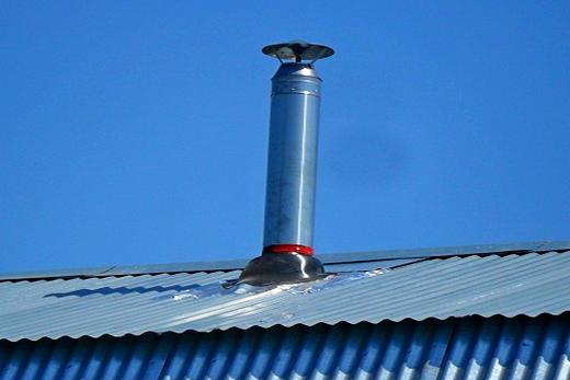 Над крышей дома вывод печной трубы