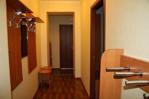 Размещение мебели в шахматном порядке в длинном узком коридоре, фото