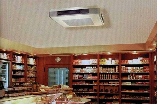 Расположение под потолком кондиционера подпотолочного типа