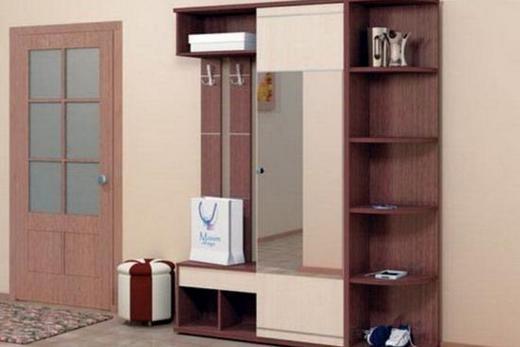 Плоский шкаф с вешалками и зеркалом в коридоре малогабаритной квартиры, фото