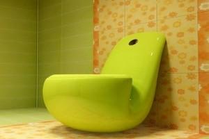 Унитаз имеет форму табачной трубки зеленого цвета