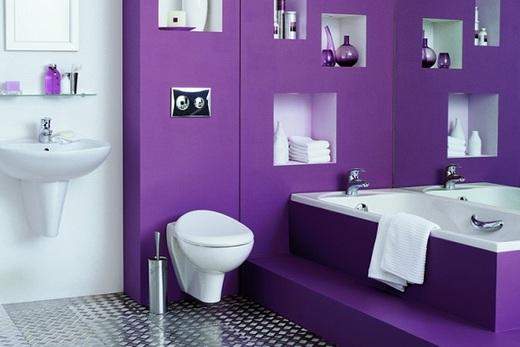 Фиолетовый пластик в отделке туалета