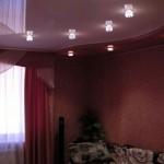 С помощью уровней потолка комната удачно поделена на зоны