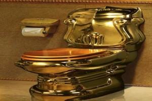 Унитаз выполнен из золота