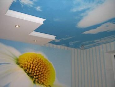 В маленькой спальне потолок увеличивает ее пространство