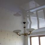 Не самое хорошее сочетание - все предметы и потолок, и обои в белом цвете