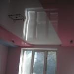 Отражение в глянцевом потолке может подчеркнуть не только малость помещения, но и одиночество его обитателя