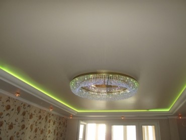 С подсветкой из светодиодных лент натяжной потолок