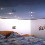 Отличный дизайн темного потолка с лампочками