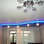 А вот боковая подсветка не только делает потолок выше, но и отвлекает внимание от малоразмерности помещения и скудности обстановки