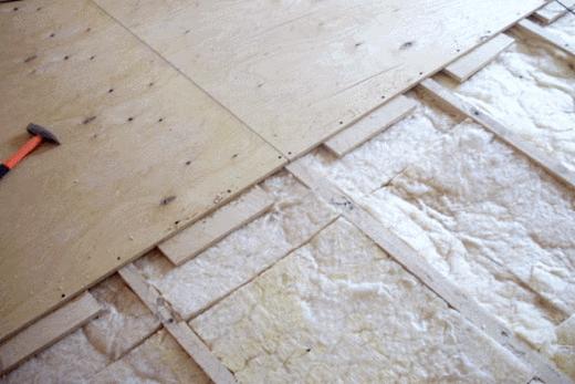 Между фанерой и минеральной ватой - деревянные подпорки