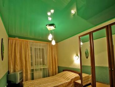 Не лучший вариант оформления потолка в зеленом цвете