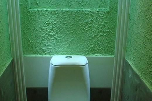Оштукатуренные стены в санузле
