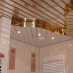 Ванная комната со стильным потолком