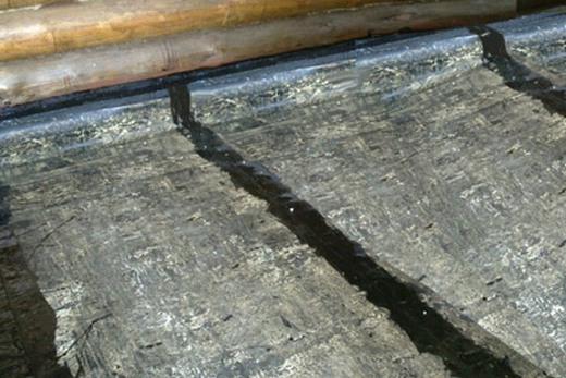При помощи рубероида и битума защищаем пол от влаги