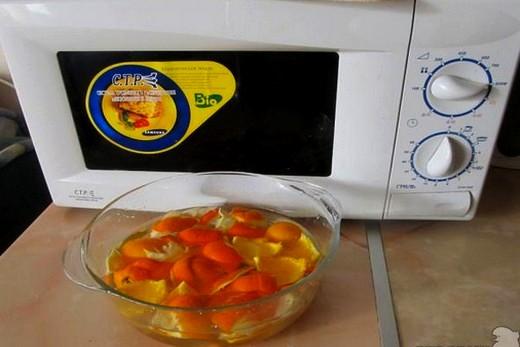 Кожурой апельсина чистим микроволновую печь