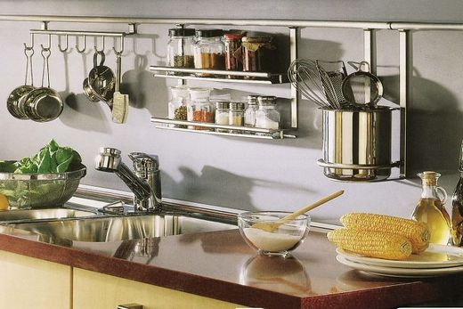 Рейлинги из нержавейки на кухне в стиле Хай-тек
