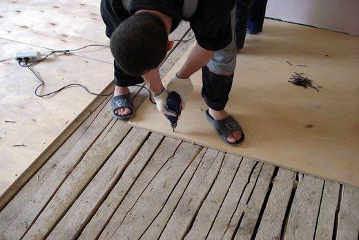 Под ламинат выравниваем пол с деревянным основанием