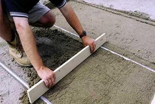 С помощью правила выравнивание залитого пола бетоном