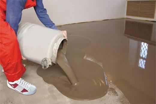 Специальным раствором выравниваем бетонный пол