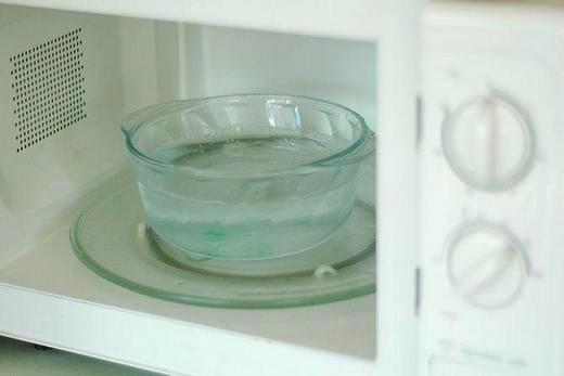 Уксусом можно легко и быстро отмыть микроволновую печь