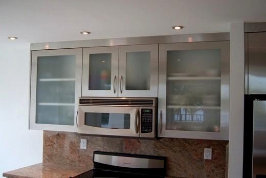 Внутри кухонной гарнитуры находится мини-печь