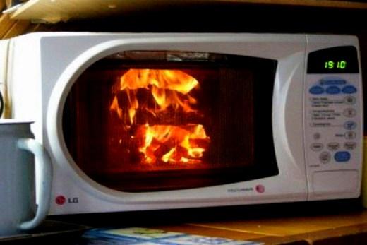Может произойти взрыв, если использовать алюминиевую и хрустальную посуду в микроволновке
