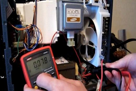 С помощью мультиметра делаем проверку функционирования микроволновой печи