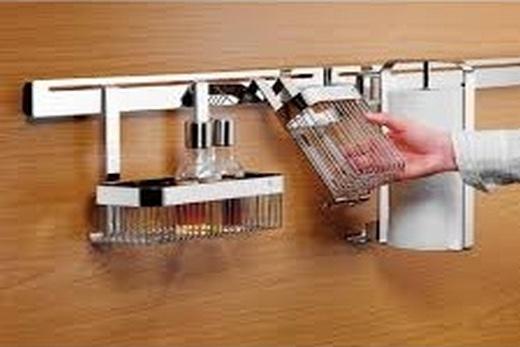 На кухне установка рейлинга с разными аксессуарами