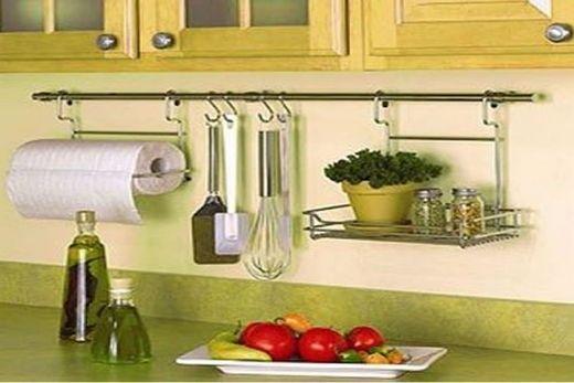 На кухне рейлинги с заглушками