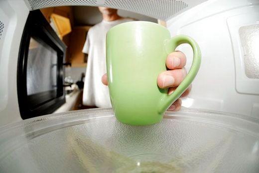 Самодельную посуду из керамики лучше не применять в микроволновке