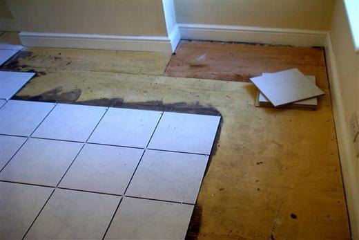 От проникновения влаги на деревянный пол спасает плитка