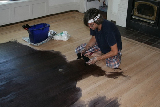 Покраска деревянного напольного покрытия