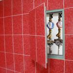 Замаскированный люк под плитку в интерьере ванной