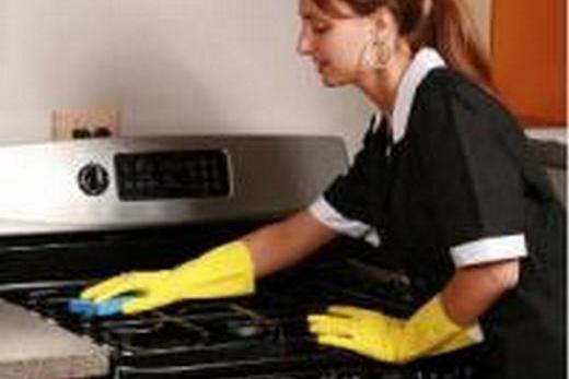 Используйте перчатке при мытье плиты профессиональными моющими средствами