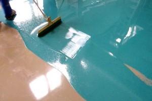 Наливной пол разравнивают специальным резиновым или металлическим шпателем