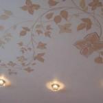 Одноуровневые потолки хорошо сочетаются с иллюминационными приёмами