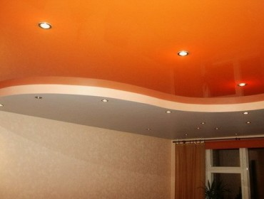 Натяжной потолок с подсветкой в зале