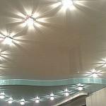 Потолок с подсветкой в ванной комнате