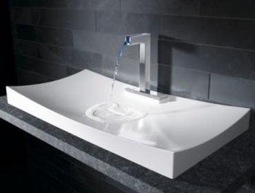 Стильная ванная с красивой раковиной