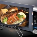 СВЧ-печь с духовкой в интерьере кухни