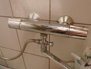 Смеситель с подогревом воды в ванной комнате