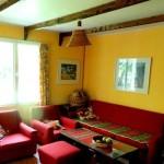 Цвет натяжного потолка подходит к интерьеру помещения